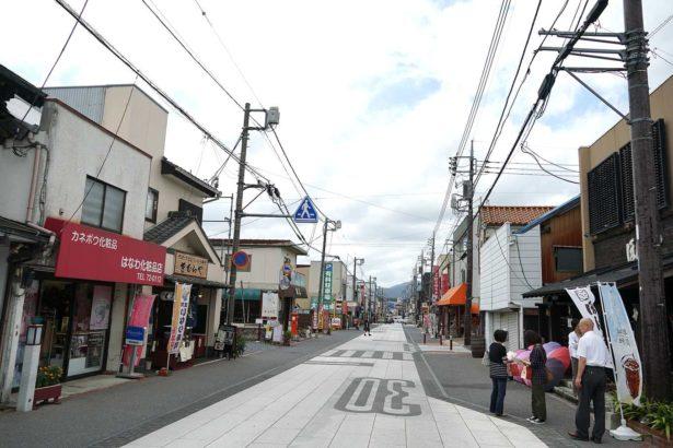 笠間市政府為發展觀光,投入資源盼活化老舊商店街。圖為稲荷門前商店街