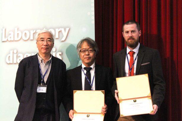 英國學者Dr. John Flannery(右)和日本學者士Dr. Takehiro Kokuho(中),都有豐富的病毒診斷經驗。(攝影/林珮君)