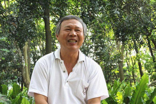 寶石村董事長徐榮銘十八年來不斷推廣有機、友善種植,甚至率先砍除檳榔樹,改種高營養價值的諾麗果(攝影/劉怡馨)