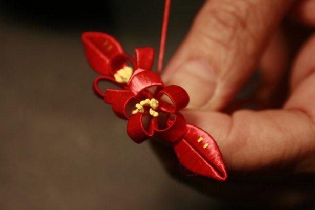 纏花是臺灣早期民間的傳統手工藝,結合了剪紙、纏繞與刺繡的技藝,閩南地區纏花稱為春仔花。