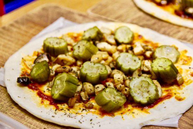 新研發手作醃黃瓜比薩,麵皮使用台灣小麥(攝影_林怡均)