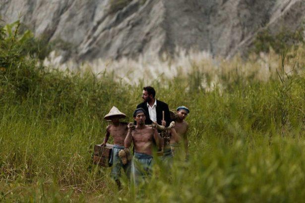 游永福也曾提供湯姆生相關資訊,協助鄭立明導演拍攝《影像之初》實驗電影劇照模擬湯姆生的攝影探險,當時的平埔族與漢人挑夫在惡地形_鄭立明授權