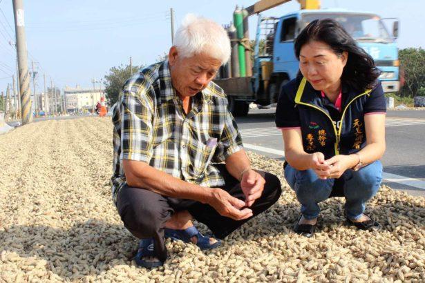 花生農吳逃(左)、元長鄉農會總幹事李美容(右)。(攝影/林珮君)