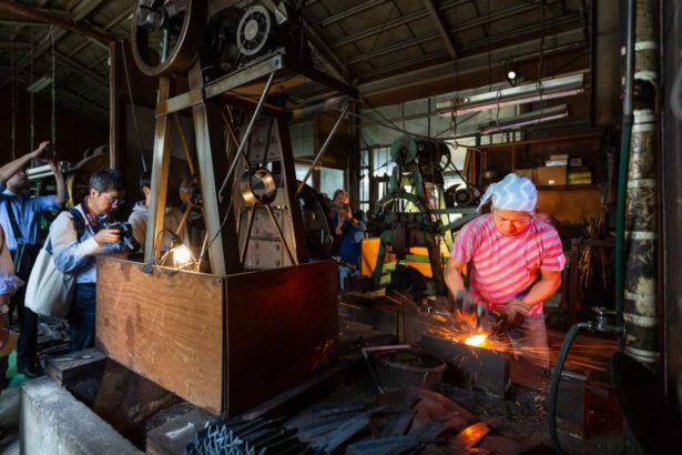 透過參觀工場,讓外來訪客感受到工場製作工序的力與美,也讓消費者可以真正感受到金屬製品的價值_「燕三条 工場の祭典」実行委員会