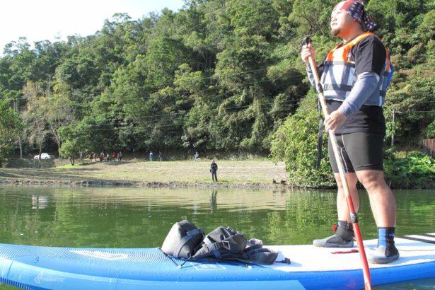 倡議者以公民不服從方式挑戰水域禁止公告,員警追著獨木舟命令上岸,倡議者則堅持繞湖一周完成倡議行動。_林吉洋拍攝