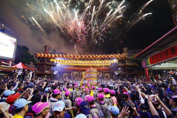 學者認為宗教活動酬神也娛人,廟會兼具娛樂性是民間信仰的特色。取自大甲鎮瀾宮