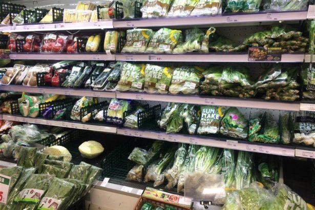 全聯門市生鮮區,耐儲放的根莖類及長期葉菜銷售狀況,較短期葉菜類來得多,短期葉菜類並無搶購情形(攝影_林怡均)