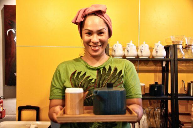 店長Sumay・Kacaw(舒麥・卡照),為了照顧父母、給女兒快樂自在的成長環境返鄉與家人經營部落皇后藝術咖啡(攝影_林怡均)