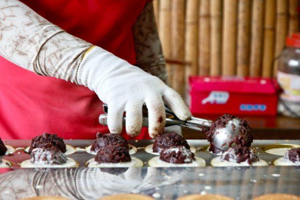 使用萬丹紅豆製作紅豆餅的萬丹采風社(攝影_林怡均)