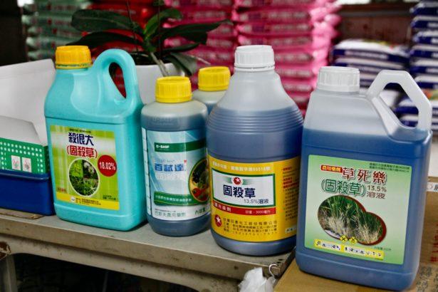 萬丹郊區農藥行販售的固殺草(攝影_林怡均)