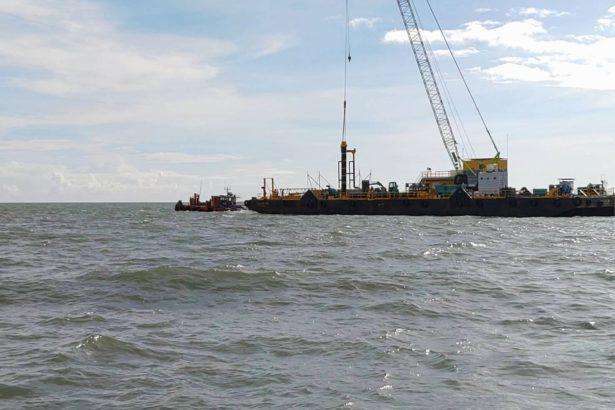 漁民在海上與風電公司大型作業船對峙(漁民提供)
