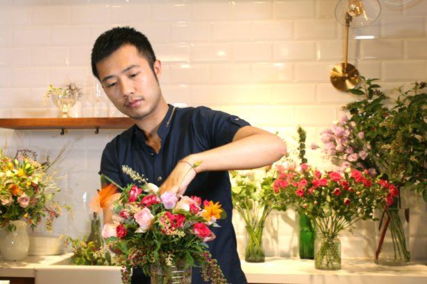 (二選一)花藝師李莊民注重作品的故事性,並希望作品能夠傳達自己對花卉的熱情。(楊語芸/攝影)