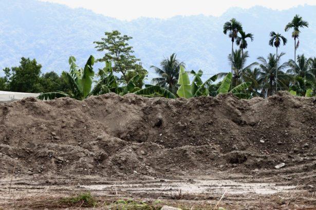 萬大公司目前開挖出來的廢棄物堆置區,光憑肉眼不易分辨廢棄物的性質與危害程度。(攝影:李慧宜)