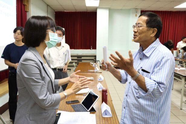 防檢局副局長鄒慧娟(左)與紅豆農民朱正富(右)在會後持續交換意見。朱正富希望政府不要開放固殺草,應該是要更努力推動化學農藥十年減半計畫。(攝影/李慧宜)