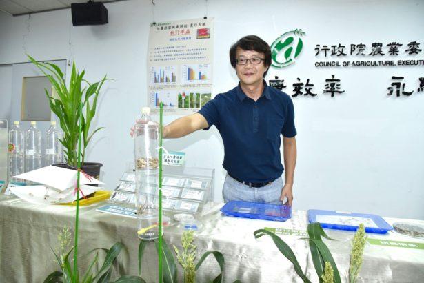 藥毒所助理研究員蘇俞丞展示秋行軍蟲費洛蒙製劑與誘捕裝置(圖片來源/藥毒所)