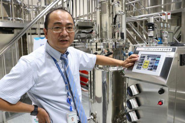微生物工廠揭幕,首任廠長黃文的介紹微生物發酵的生產設備(攝影/林吉洋)