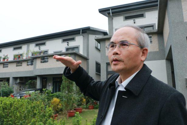 曾旭正認為光電還是應該以屋頂型為主,使用農地將會扭曲農村社區的發展願景。(攝影林吉洋)