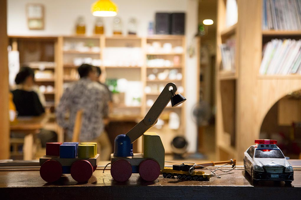 溫泉「元湯」裡有許多兒童玩具。攝影 / 近藤悟