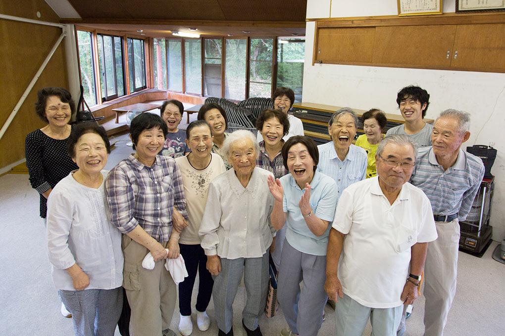 公民館內的老人家們。攝影 / 近藤悟