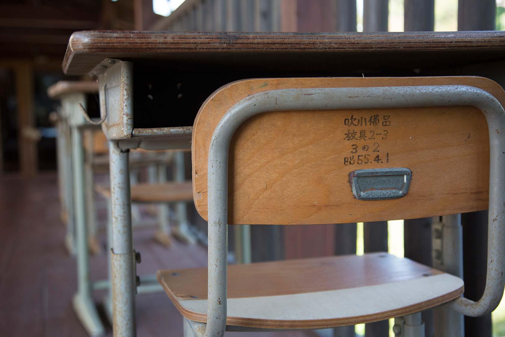 已經關閉的吹小課桌椅。攝影 / 近藤悟