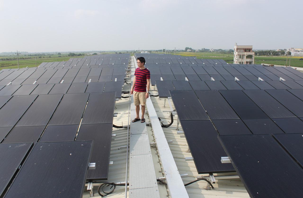 嘉義二代雞農黃勝裕出租自家禽舍屋頂給綠能業者。攝影:汪文豪