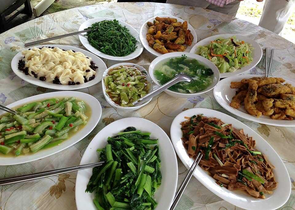 一口鍋用的是買自於黃昏市場的物美價廉食材,以樸素的烹飪手法做出一桌菜。(攝影/古碧玲)