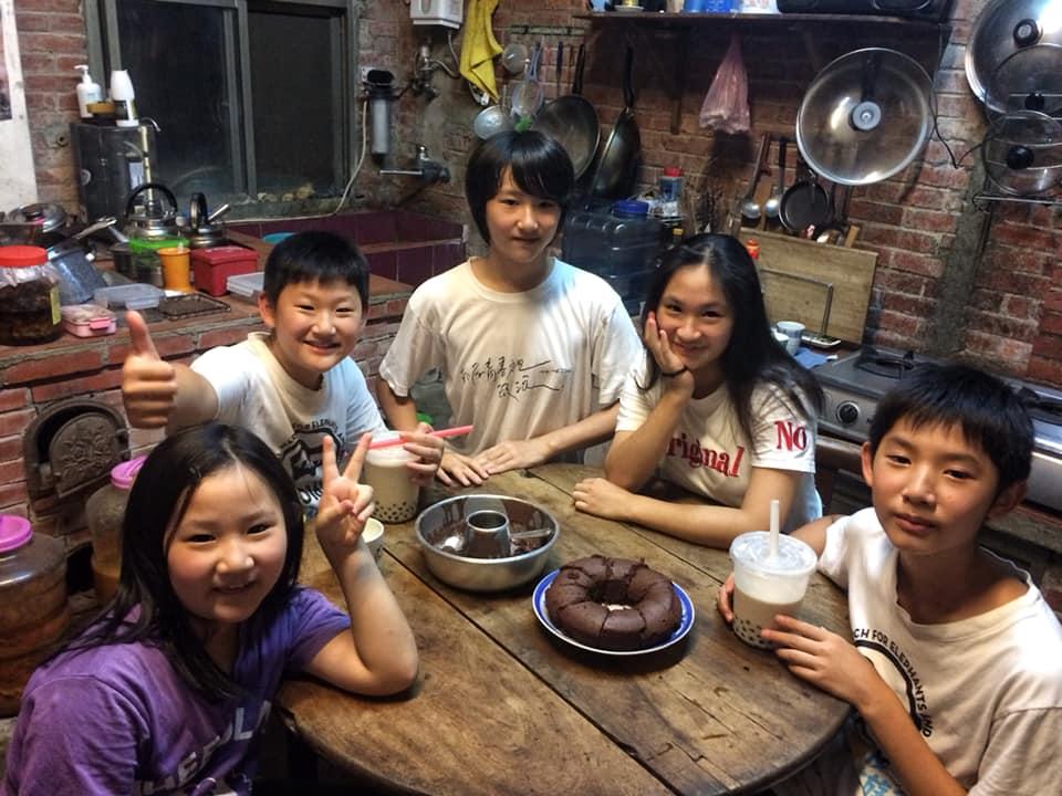今年七月,五個孩子在老灶下慶祝妹妹八週歲生日。 攝影/徐彩雲