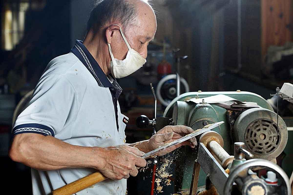 專注於木材加工領域已達半世紀的賴師傅。