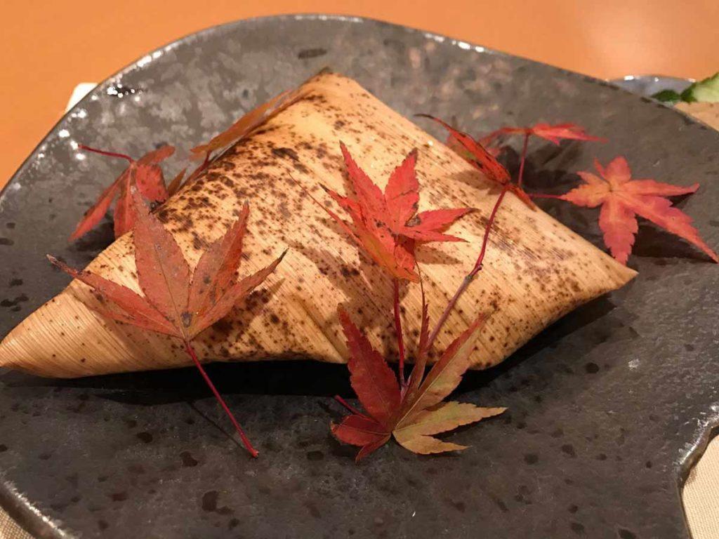 神田用雙色的粽葉來包裹,內層是青綠色的麻竹葉,外層是黃色有斑點的桂竹籜葉。 攝影/陳洲任