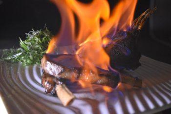 醃漬過了的羊排,真空低溫烹調了四個小時,放在熾烈的炭火上炙燒。攝影/炒菜大衛