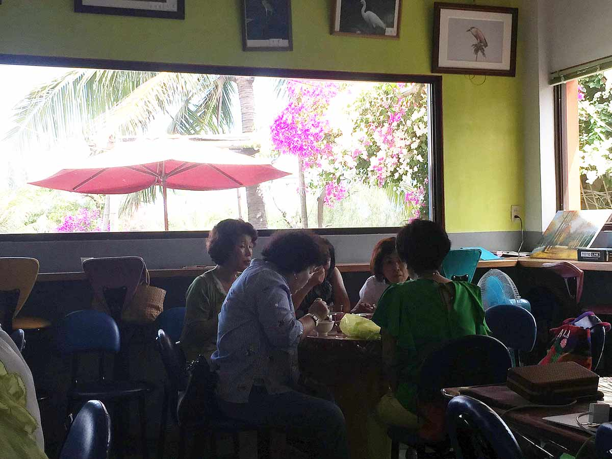 婆婆媽媽們享用冰品,攝影/吳比娜