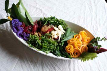 紅橙黃綠白紫,除了味道酸甜苦辣鹹分明外,原住民簡直把野菜當作顏料塗抹於餐盤上。攝影/洪愛珠。