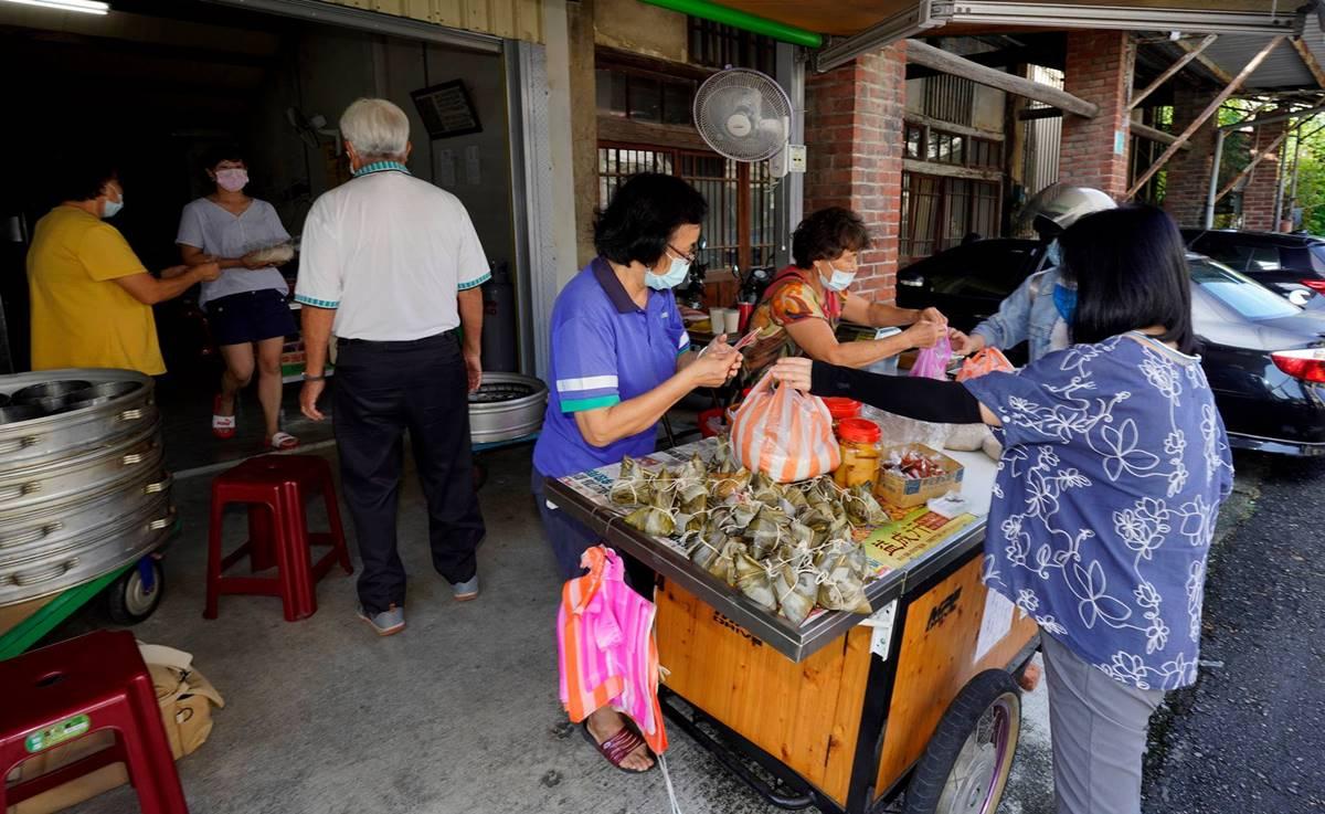 全年無休的阿娥木瓜粽和鹹粿。(攝影/邱勤庭)
