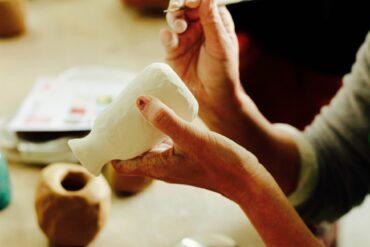 徒手練土是捏陶前的收心養神方式(攝影/許育銀)
