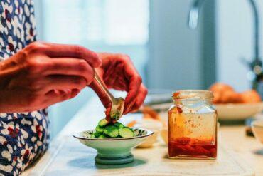 由於我熱愛廚事,又著迷於收藏器皿杯盤,為了煮飯端上桌好看,不知不覺買了很多器皿。(提供/有鹿文化)