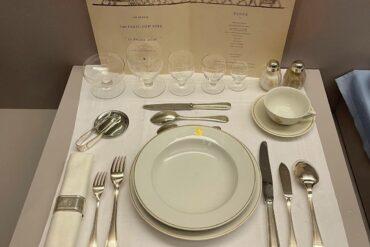 上個世紀四〇年代法國航空頭等艙的餐桌。(攝影/何桂育)