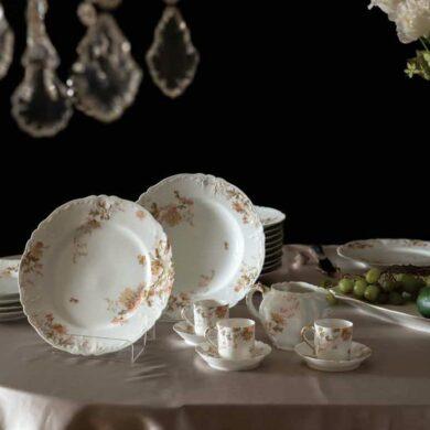 一組十九世紀末或二十世紀初的餐盤與茶具組,相當漂亮的Limoges瓷器,背後有la maison PEHU-SACHE et J. Charvet的註記,攝於作者台灣典藏室。(攝影/魏聰洲)