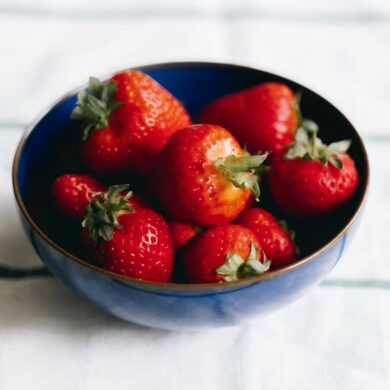 靛藍晚襯出草莓之艷紅欲滴與碩大豐美。(攝影/倫敦男子日常)