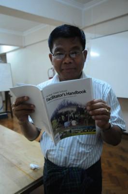 FSWG的成員組織METTA所編輯出版的農民田野學校教導手冊,裡面詳細說明如何分辨稻種、純化稻種、如何因應病蟲害等等實用資訊,讓第一線工作人員(Facilitator)能夠隨時用來查考並指導農民