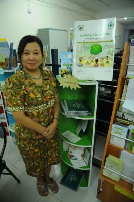 多年來串聯與協調緬甸各農業與環境NGO、少數民族草根組織的緬甸食物安全工作組織(Myanmar Food Security Working Group, FSWG) 統籌主任奧瑪博士(Dr. Ohmar Khaing) 及新出版的土地使用權工作手冊