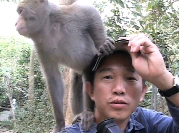 柯金源與獼猴(圖片提供 / 柯金源)
