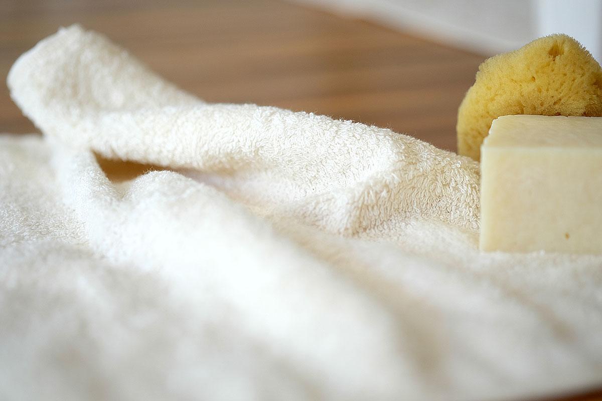 毛巾的材質比較 : 運動毛巾較長毛巾薄,織線較短。