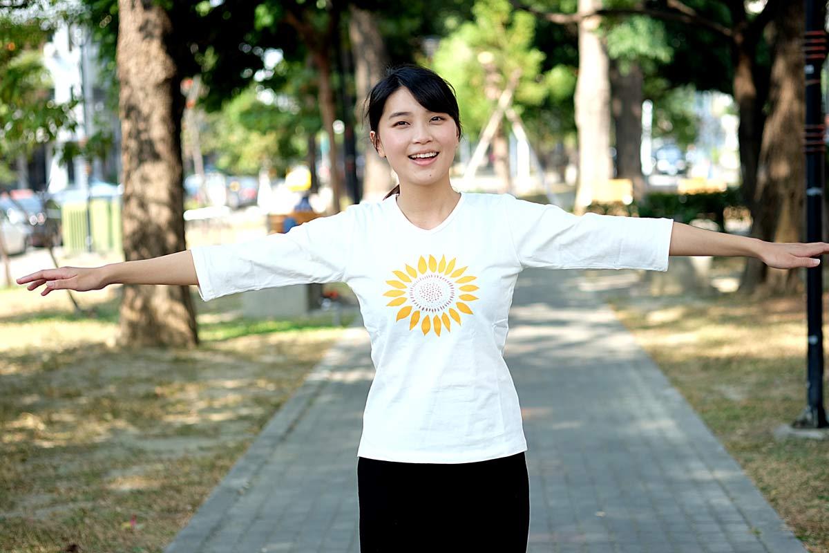 有陽光的天氣,穿著向日葵似乎也讓整個人陽光了起來
