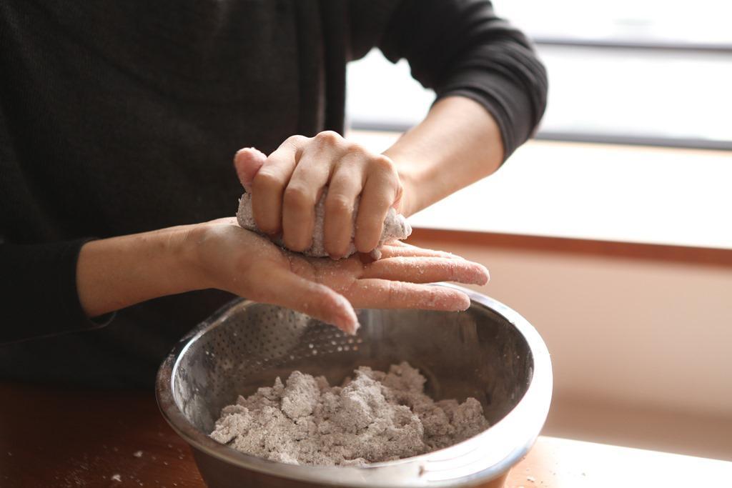 用手揉捏將芋園成型