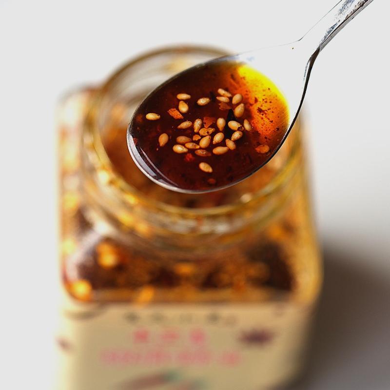 獨門調製的椒麻辣油,使用花椒、八角、小茴香、丁香、肉桂等18種香料。
