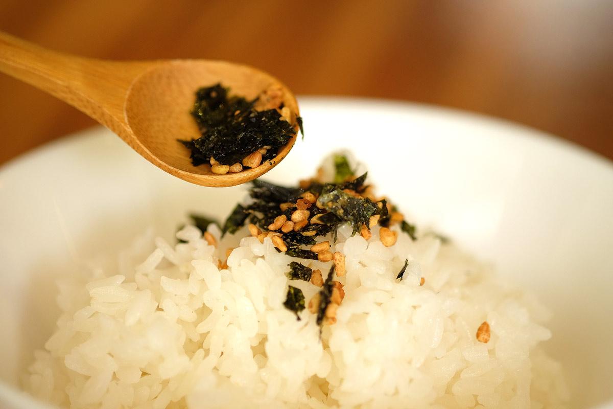 香脆蕎麥粒配著捏碎的海苔,再加一點芝麻粉就可以做好吃的香鬆喔!