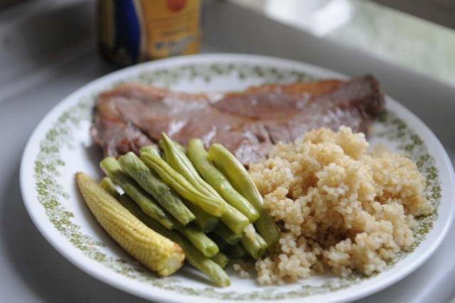 煮熟的藜麥可當作香鬆灑在沙拉上方,加入牛奶、豆漿、飯、粥之中