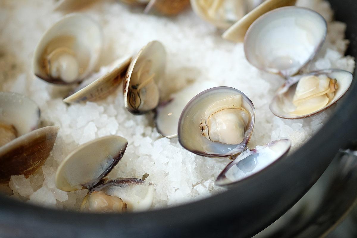 如果是放在爐火上加熱,中火大約3分鐘蛤蜊就會開了,若是烤箱200度5-8分鐘。粗鹽提供了保溫與海味2種最佳效果。