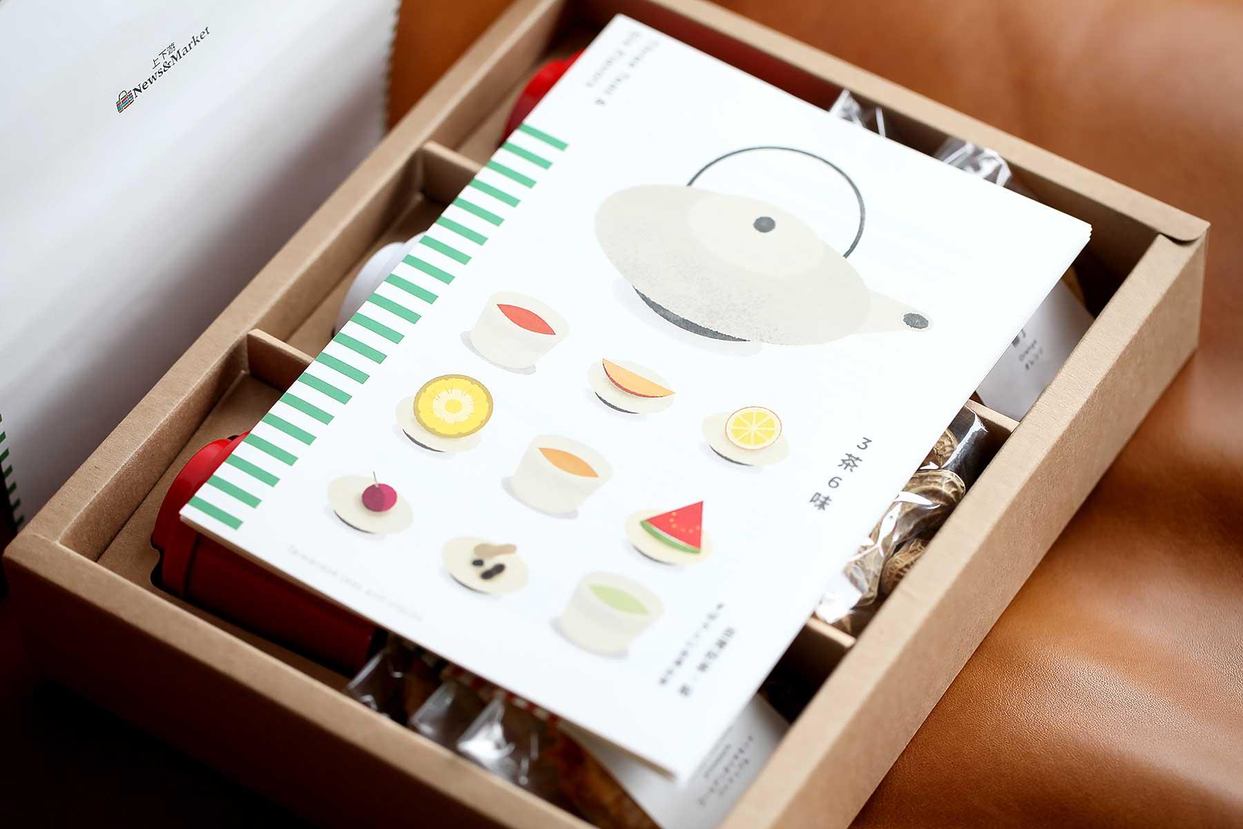 打開禮盒,映入眼簾的是非常有質感的三茶六味產品介紹手冊。
